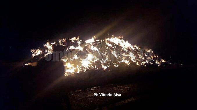 Violento incendio scoppia nella notte a Santa Maria, ore di lavoro per vigili del fuoco