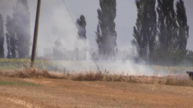 Dopo incendio, ancora fumo sul campo a Santa Maria degli Angeli