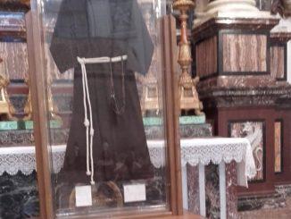 Abito delle stimmate di Padre Pio al Santuario della Spogliazione