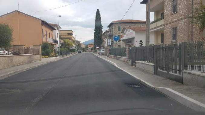 Petrignano, asfaltata via Matteotti e tolti tronchi dal fiume
