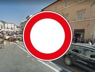 Piazza del comune ad Assisi chiusa, chi vuole e chi no, è polemica