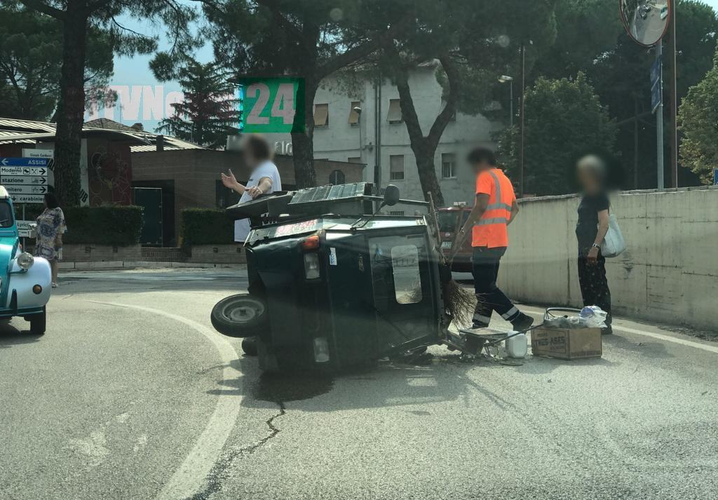 Incidente a Santa Maria degli Angeli, si ribalta ape in via Patrono d'Italia