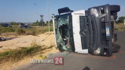 Autoarticolato che trasportava mais si ribalta a Petrignano, ferito autista | Foto