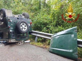 Fuoristrada si ribalta più volte, per fortuna illeso conducente dell'auto