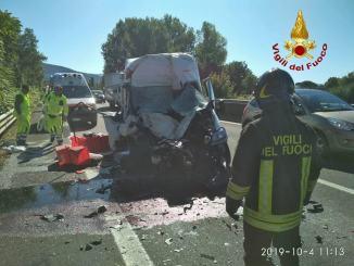 Furgone tampona semirimorchio di un camion sulla 75, un ferito