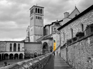 Una Città di Ginevra Angeli, provocazione e ricordi, per Assisi