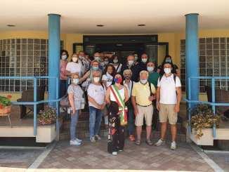 Accoglie turisti con fascia da sindaco, FdI attacca e Proietti risponde