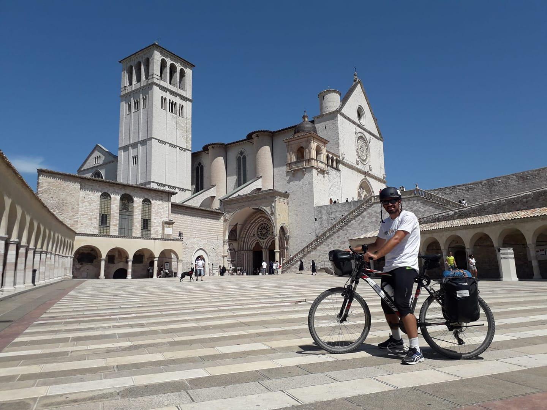 Milano-Padula. Marco Vegliante in bici contro il tumore. La tappa ad Assisi.