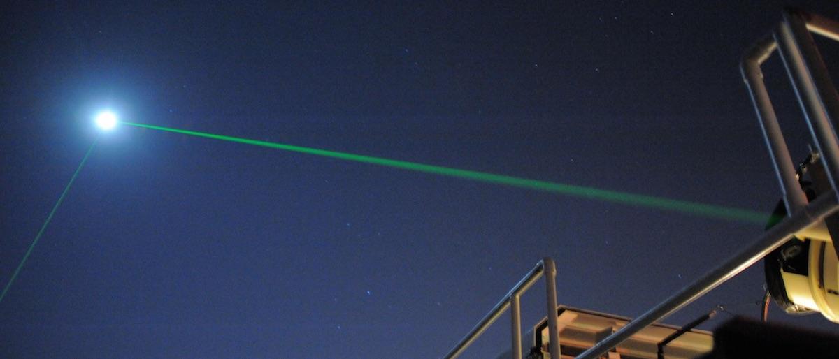 Laser vert pointer vers le ciel