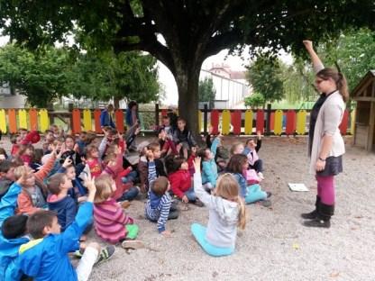 Les enfants de l'école de Saint-Gengoux-de-Scissé à l'écoute de l'équipe d'animation de RécréaMômes