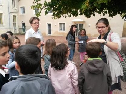 Claire appelle les enfants qui participeront à l'atelier musique (sous le regard intéressé de la maîtresse).