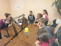 Préparation d'une émission dans le studio de radio avec Laura