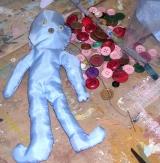 """<h5>bambole di pezza</h5><p>Non mi hanno mai comperato una bambola, noi eravamo sei figli, due sorelle e quattro maschi, figurarsi se avevano soldi da comperarci giocattoli! Mia mamma faceva camicie, pigiami e con i ritagli, i colletti che avanzava ci faceva le bambole; poi con la matita dipingeva gli occhi, il naso e la bocca. Prendeva i pezzi più grandi e dentro metteva straccetti per imbottirla. E noi giocavamo con quelle bambole di pezza, facevamo vestitini di carta, cappellini. Mia sorella Linda faceva certi cappelli! Alla domenica alla messa, andava dietro alle signore che indossavano bei vestiti e con gli occhi guardava e guardava …tirava giù il modello! Le signore avevano anche dei bei cappelli e Linda li copiava, così si è fatta una """"cultura"""", infatti quando è diventata più grande ha aperto una merceria dove non vendeva solo roba già fatta, ma lei stessa cuciva per esempio i grembiulini per i bambini che andavano a scuola. Per fare i cappelli alle bambole invece prendeva il filo della luce e sfilava l'anima di rame e con quella faceva il cerchio intorno, l'ala che stesse ben tesa e poi la ricopriva con i ritagli, magari in pelle che raccoglievamo dagli avanzi di mia mamma. I cappelli li usavamo soprattutto per le bambole di pezza che avevano una bella testa.  E se no quando era stagione, alla fine dell'estate, quando c'era il granoturco, la meliga, che fa quella pannocchia che ha quei capelli, quei fili, quelle barbe, noi le raccoglievamo , infilavamo una bacchettina attraverso la pannocchia ancora verde per fare come delle braccia e poi mettevamo anche due gambe sempre con dei bastoncini. Mio papà faceva il falegname, aveva una bottega e noi andavamo a cercare pezzetti e trovavamo sempre qualcosa.  Giocavamo così, soltanto una volta all'anno, all'8 settembre che era la festa della Madonna di Monte Berico di Vicenza, mia mamma attaccava l'asino, il biroccio e ci caricava tutti per andare alla festa. Metteva l'asino al postale e a piedi salivamo sulla collin"""