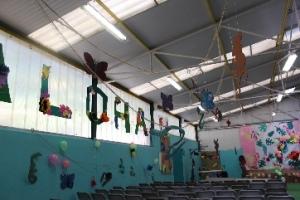 Des fournitures pour que les élèves créent la décoration pour accueillir la remise des diplômes