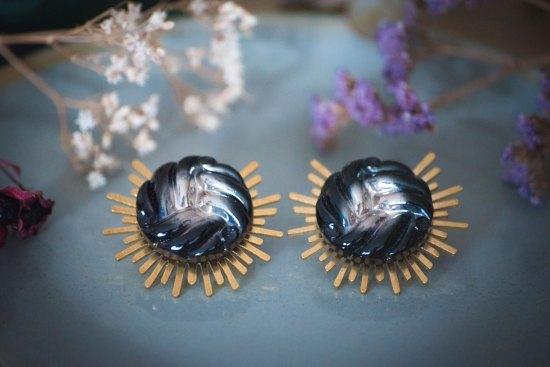 Assuna - Boucles Solare Héloïse - Boucles d'oreilles bouton ancien sur estampe solaire