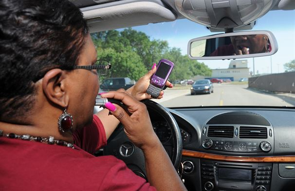 maquillage et télephone portable au volant