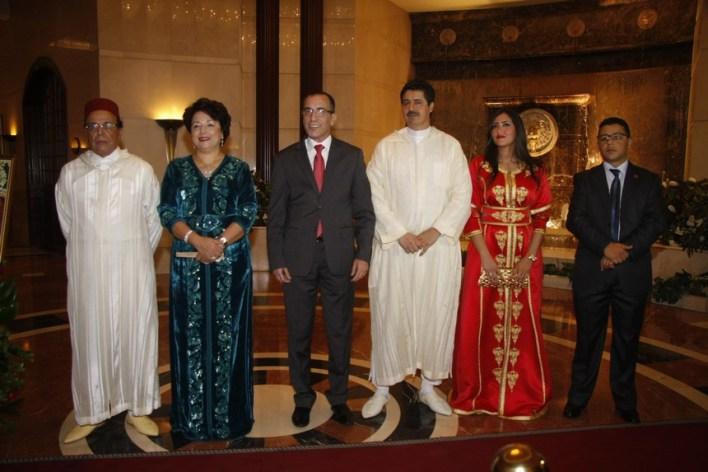 السفير علي أومليل وعقيلته مع أعضاء السفارة