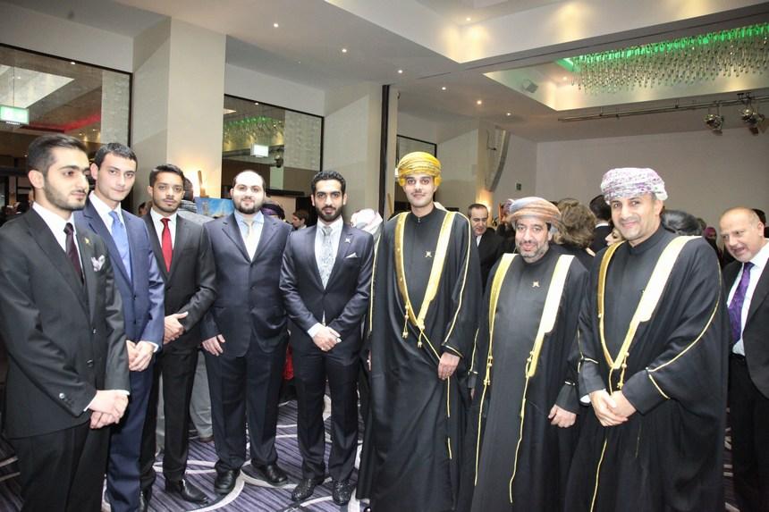 أعضاء السفارة العُمانية في لندن ويبدو الملحق الإعلامي عبد الله العبري (الثاني من اليمين)