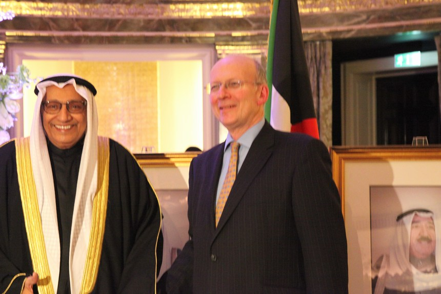 السفير الكويتي خالد الدويسان مع أليستير هاريسون