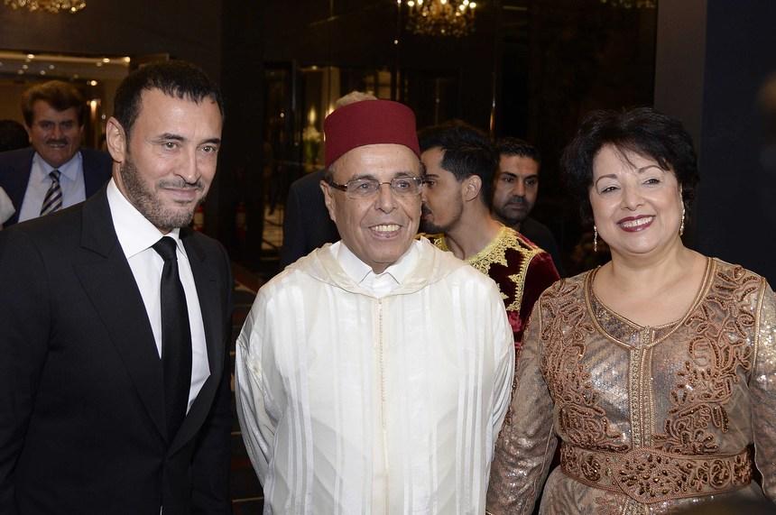 السفير المغربي علي أومليل وعقيلته نزهة مع كاظم الساهر