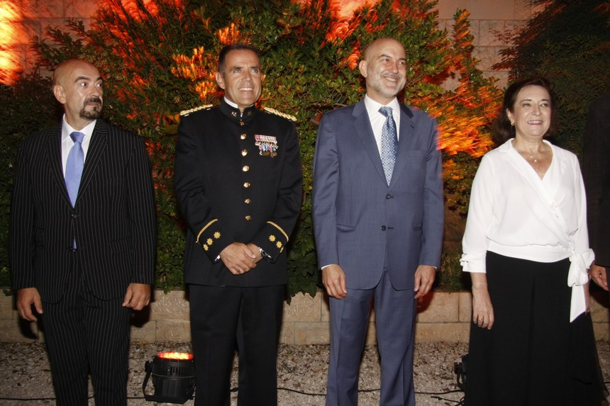 السفيرة ميلاغروس هيرناندو مع أركان سفارتها