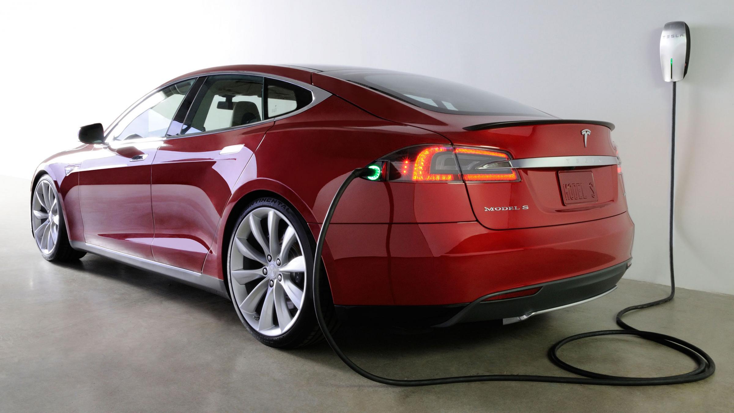 """سيارة """"تيسلا"""" الكهربائية: جذبت إستثمارات خاصة وعامة"""