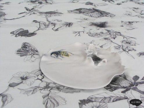 """Service de table """"Le printemps chez soi"""" - Assiette guêpe"""
