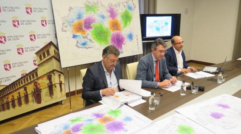 El presidente de la Diputación, Juan Martínez Majo y el diputado de Fomento presentaron la nueva red de Parques provinciales de Bomberos.