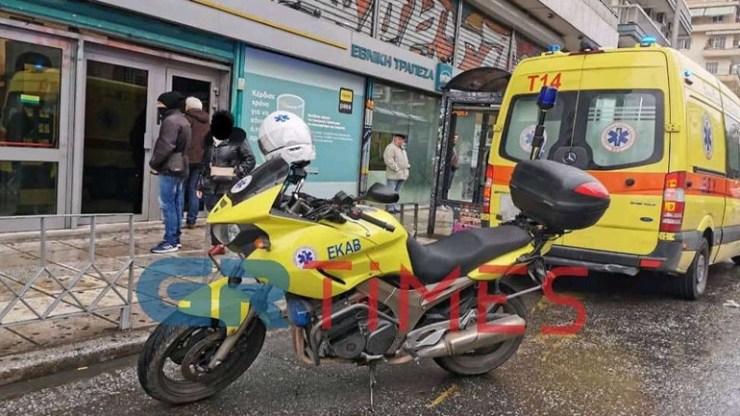 Θεσσαλονίκη: Το ΕΚΑΒ διέσωσε άνδρα που υπέστη ανακοπή μέσα σε τράπεζα