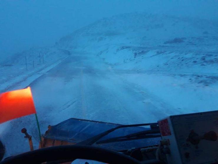 Χιόνια στα ορεινά Ελασσόνας, Τεμπών και Αγιάς - Η Περιφέρεια Θεσσαλίας επιχειρεί νύχτα - μέρα με αποχιονιστικά μηχανήματα (φωτο)