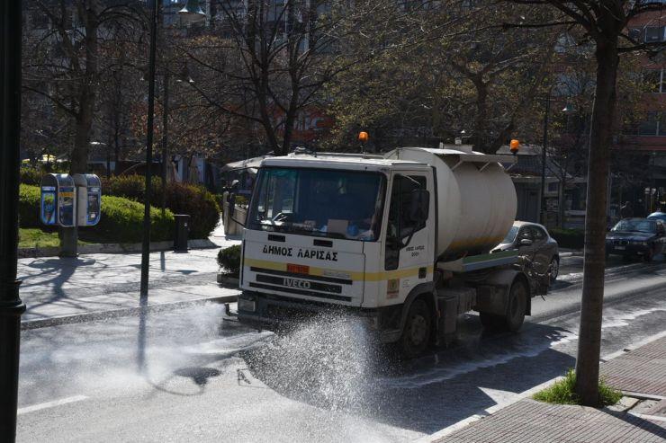 Απολυμαίνουν όλο το κέντρο της Λάρισας, δρόμους και κτίρια (φωτο)
