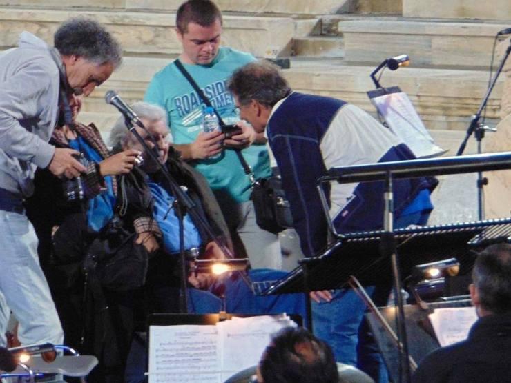 Οι εμφανίσεις του Μίκη Θεοδωράκη στη Λάρισα και η συνεργασία του με τον Δημήτρη Καρβούνη μέσα από ένα σπάνιο φωτογραφικό ταξίδι