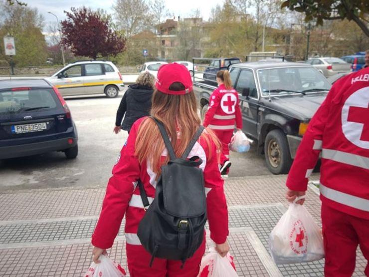 Ερυθρός Σταυρός: Δέματα αγάπης μοίρασαν οι νέοι εθελοντές του περιφερειακού τμήματος Ελασσόνας (φωτο)