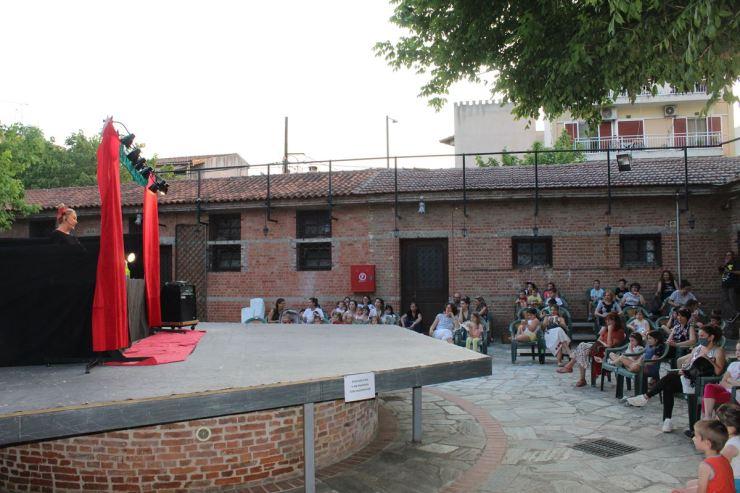 Στη Λάρισα «πολεμούν» τον κορωνοϊό με χιούμορ - Πρεμιέρα με «Κορωνοσκουφίτσα» για την Αυλή του Μύλου (φωτο)