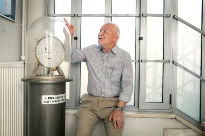 Με χαρά και πλατύ χαμόγελο ο κ. Οικονόμου μάς μλάει για τη φυσική υψηλού επιπέδου!