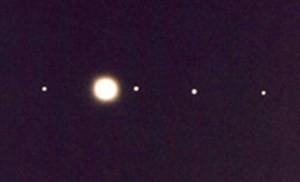 Júpiter y cuatro de sus lunas vistas en el telescopio (una de las evidencias que llevó a Galileo a la teoría heliocéntrica).