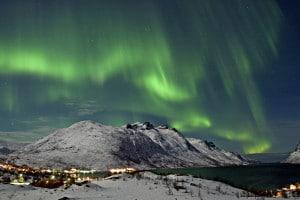 La aurora boreal sobre el Ersfjord, en la ciudad de Tromsø, Noruega  Crédito: Bjørn Jørgensen - Visitnorway.com