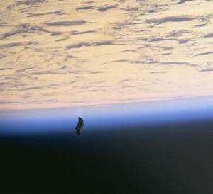 Uno de los casos más curiosos es el del supuesto satélite Black Knight, que según algunos lleva en órbita 13.000 años y que sería de origen extraterrestre. En realidad, al parecer, se trata de una manta térmica que se perdió durante un paseo espacial.