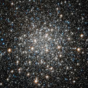 El cúmulo globular M10 se encuentra a unos 150.000 años luz de la Tierra. Crédito: ESA/Hubble & NASA
