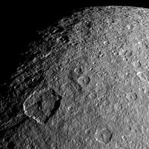 La superficie de Rea está llena de cráteres. Es tal la cantidad, que es uno de los satélites del Sistema Solar más castigado. Crédito: NASA/JPL-Caltech/Space Science Institute
