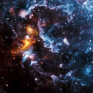 La radiación del pulsar PSR B1509-58 (una estrella de neutrones con una velocidad de rotación altísima) provoca que el gas a su alrededor brille de color en esta imagen en rayos X, e ilumina el resto de la nebulosa, vista en infrarrojos.