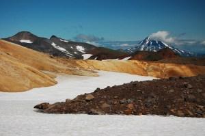 Hay un rico espectro de colores en las rocas alrededor de los volcanes Mutnovsky y Gorely, en la península de Kamchatka (Rusia). La mineralogía de las rocas en la Tierra proporcionan los bloques químicos necesarios para la vida.  Crédito: Europlanet/A. Samper