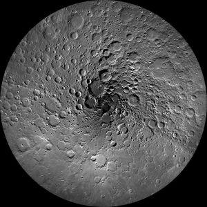 El polo norte de la Luna. El cráter Peary se encuentra bastante cerca del centro de la imagen. Crédito. NASA/GSFC/Arizona State University -