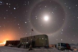 Una luna azul (y una corona a su alrededor) en la Antártida, el pasado mes de julio. Crédito: LI Hang
