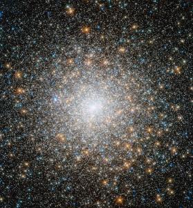 El cúmulo globular Messier 15, observado por el telescopio Hubble. Crédito: NASA, ESA