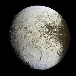 Jápeto, fotografíado por la sonda Cassini. Crédito: NASA/JPL/Space Science Institute
