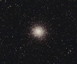 """El cúmulo globular M14 visto a través de un telescopio amateur. Crédito: Usuario """"Hewholooks"""" de Wikipedia"""