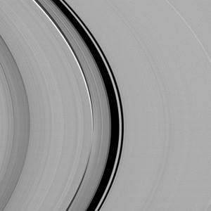 """En el hueco de Colombo hay un """"ringlet"""" (esa zona más brillante) que está gobernada por la resonancia orbital de Titán con Saturno. Crédito: NASA / JPL-Caltech / Space Science Institute"""