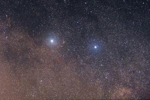 "Imagen del sistema estelar de Alfa Centauri, con Alfa Centauri (izquierda), Beta Centauri (derecha) y Próxima Centauri (marcada en rojo). Crédito: Usuario ""Skatebiker"" de Wikipedia"