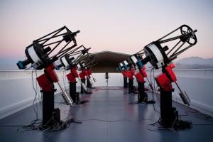 Imagen del conjunto de telescopios MEarth-South, compuesto por 8 telescopios de 40 centímetro. Crédito: Jonathan Irwin